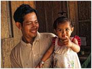Padre e hija, poblado de la isla Koh Trong. © Daniel Roca García.