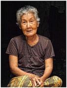 Abuela sentada a la entrada de su palafito, isla Koh Trong. © Daniel Roca García.