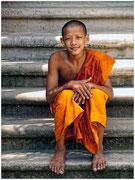 Un joven monje posa en las escaleras de un templo en un poblado de Angkor. © Daniel Roca García.