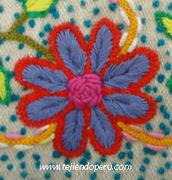 Acercamiento de flor bordada a mano, Ayacucho, Perú