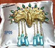 Pavone in fimo placcato a foglia d'oro con cristalli verdi sulle piume e gocce tono acquamarina pendenti