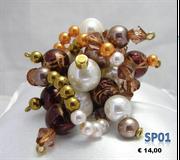 Grappolo di perle bianche frammiste a color caffè e perle arancioni
