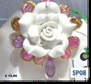rosa bianca in fimo incastonata da cristalli color pastello e goccia pendente in acrilato lilla