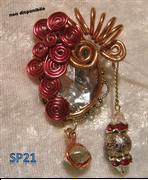 Lavoro in wire rosso e rame con cristallo in acrilato bianco e pendenti in perle