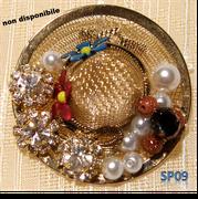 Cappello in filigrana retinata con strass bianchi e perle imitazione sulla tesa.