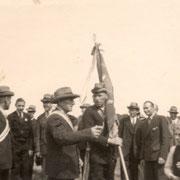 1949 a.d. Fahne Hermann Emme, links davon Gustav Mattiesch