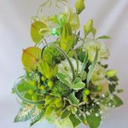 涼しげなグリーンでまとめた生花アレンジメント