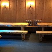 Gastronomie Tische und Bänke massiv mit Waldkante