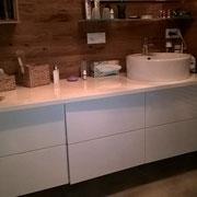 Badezimmermöbel weiss Hochglanz vor Echtholzwand