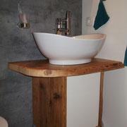 Badezimmerwände in Betonoptik; Möbel Altholz
