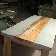 Altholz und Beton treffen aufeinander