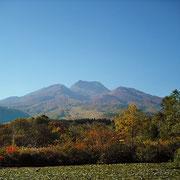 山肌も麓も徐々に赤みを増します。