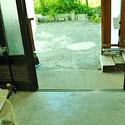 家の中から見た玄関です。