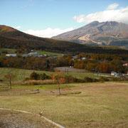 黒姫山の裾野と重なって見えるのは、妙高山です。