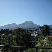 赤倉温泉街から見る、妙高山の左の窪みあたりから、源泉の噴出蒸気が見えます。
