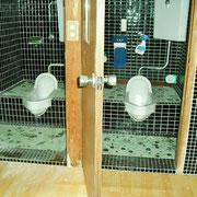 トイレは同じ様なのが2つ。