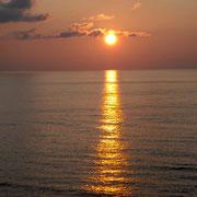 日本海に落ちようとする夕日です。