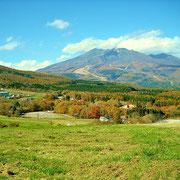 裾野が黒姫山で、大き目な建物はコスモス園です。