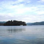 秋の空を映す野尻湖です。