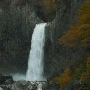 轟音と共に、堂々たる流れの、苗名滝です。