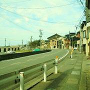 国道8号線と街並み。