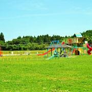 公園内の子供用遊具設備です。