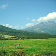 黒姫山と妙高山は裾が重なっている様に見えます。