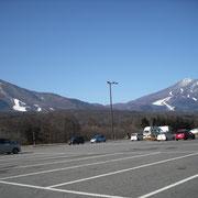 信濃町道の駅からは両方の山が見えます。