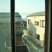 2階の窓からは、僅かに、海が見えます。