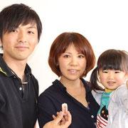 優秀賞の伊丹夫妻と愛理ちゃん。記念品を贈呈しました。