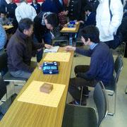 競馬の予想をしているのではありません、多分・・・市川先生を囲んで若手精鋭陣の研究風景・・・だと思います(^^;)