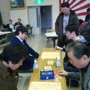 指導上手といえば田中氏のそれも折り紙つき。有名強豪の手解きを受けるとあってか、軽井沢の生徒も一層気を引き締めて盤を見つめ、駒を動かします。