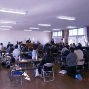 多くの参加者でいっぱいの軽井沢高校同窓会館