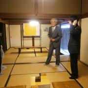 棋士の先生方と歓談される小松先生