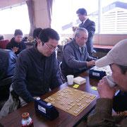 野沢南将棋部顧問も参戦(左)いつもは運営に回ることが多いのですが、この大会では思い切り指せますね!