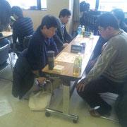 こちらは船坂氏と伊藤氏の戦い。先の赤旗三段戦で2度に渡って激戦を繰り広げた両雄。今回も熱戦でしたが船坂先生が難局を乗り切りました。