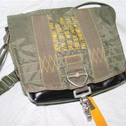 Handtasche aus einer anderen Handtasche