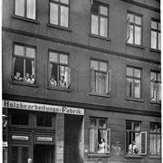 Die Tischlerei Louwien in der Blumenstraße in Altona. Zur Werkstatt gelang man durch den Torweg über den Hinterhof.