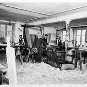 Im Bankraum. 3 v.l. Louis Louwien; 4 von links: Karl Louwien. Auf dem schwarzen Ofen in der Bild Mitte wurde der (Knochen-) Leim gekocht.