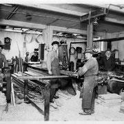 Der Maschinensaal;  ganz rechts am Abrichter Louis Louwien; 3 Person von links Karl Louwien