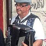 Guy: Accordéon, chant, guitare