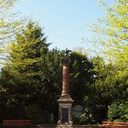 Kriegerdenkmal und Quercus frainetto als Ensemble, 13.05.2021