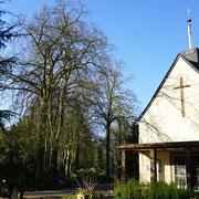 Friedhofskapelle im Mittelpunkt der Allee im Innenbereich, Foto H.Kuhlen, Aufnahmedatum 12.04.2016