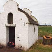 Dionysiuskapelle mit Reststamm nach Fällung, Foto H.Kuhlen, Aufnahmedatum 14.06.2014