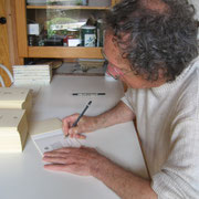 "Kenneth White firma il colophon di ""Night, Rain and Work"""
