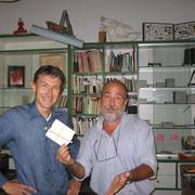 l'editore consegna il kit per l'incisione a Edoardo Zuccato