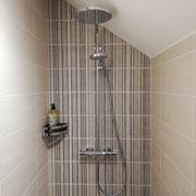 Douche sous toiture mansérdé