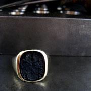 Herren Siegelring aus 585 Gelbgold mit Onyx und Wappengravur.