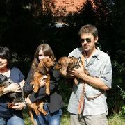Xandolph mit seinen Herrchen Familie Bechtold und seinen beiden kurzhaarigen Freundinnen