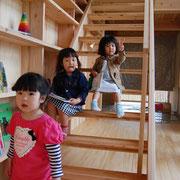 階段は遊び場にもなる!